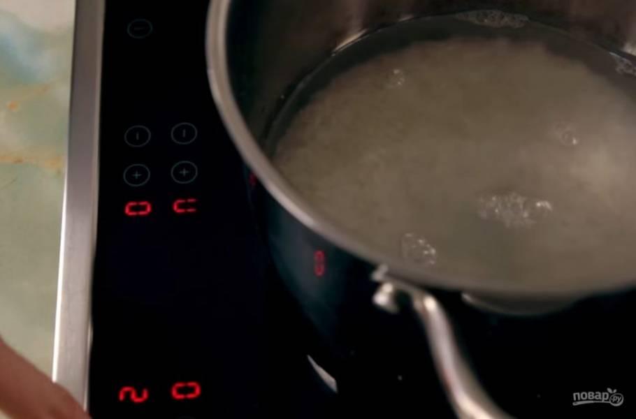 1. Для начала отварите рис в воде (с пропорцией 2:1), хорошо промыв его перед приготовлением.