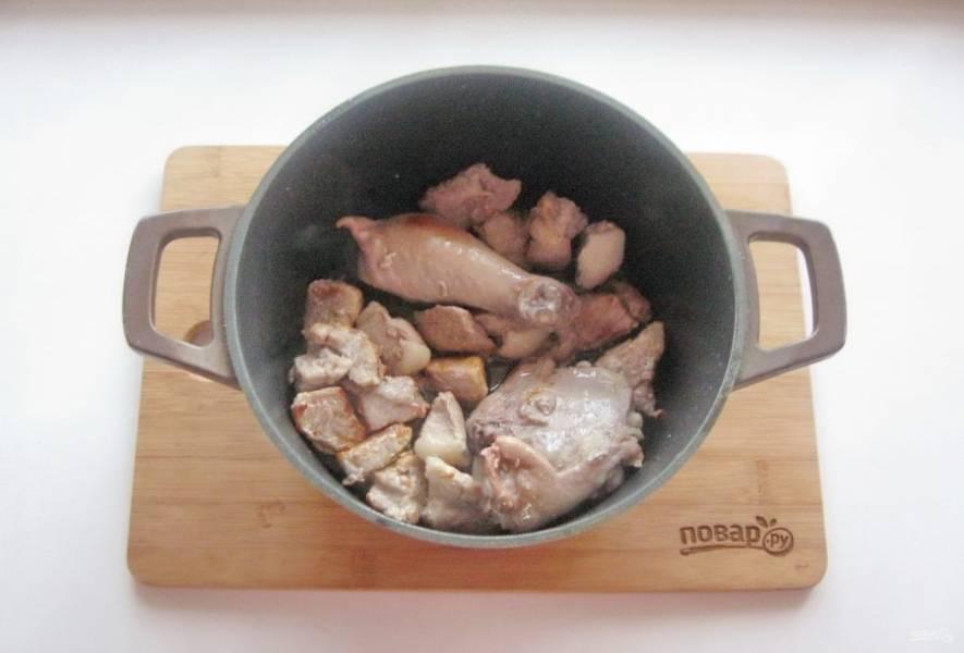 После выложите в казан курицу, продолжайте жарить свинину с курицей еще 15-20 минут.