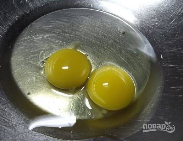 1. Вбейте в глубокую мисочку яйца.