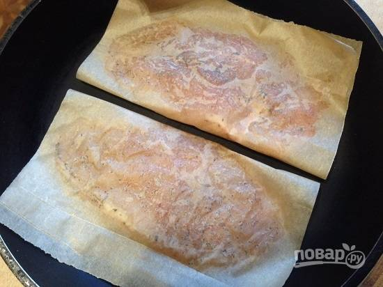 На среднем огне нагреваем сухую (!!!) сковороду и выкладываем на нее грудку в пергаменте. Жарим минуты 4-5.