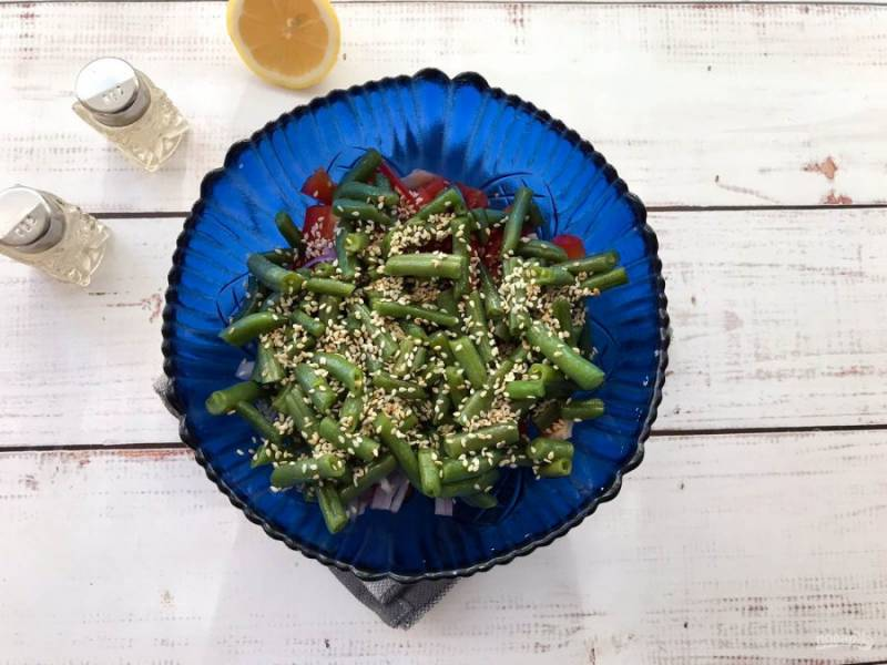 Заправьте салат оливковым маслом, добавьте щепотку соли, кунжут и хорошо перемешайте.