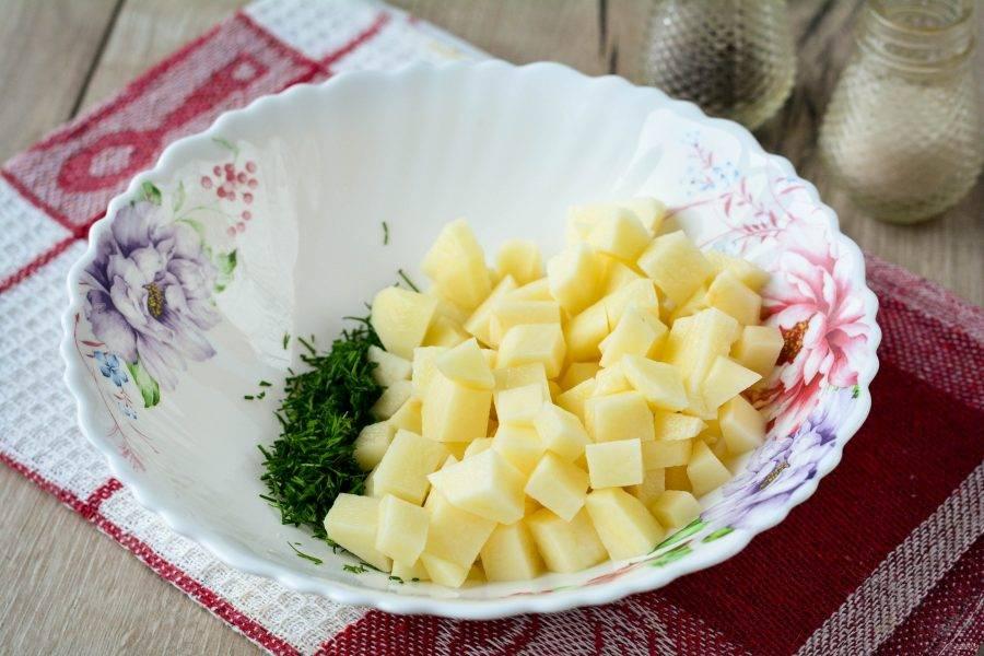 Для начинки нарежьте небольшими кубиками почищенный картофель, добавьте к нему мелко рубленый укроп.