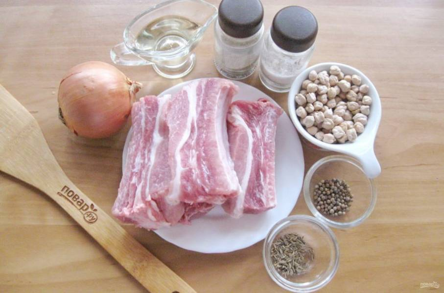Подготовьте ингредиенты для приготовления свиных ребрышек с нутом.