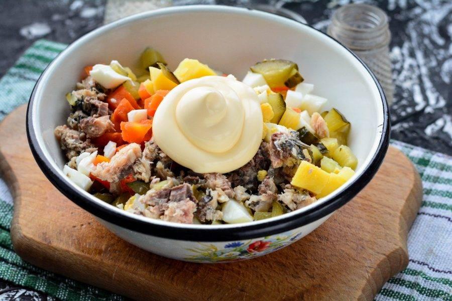 С сардин слейте масло, удалите крупные косточки, разомните вилкой и добавьте в салат. Перемешайте с майонезом.