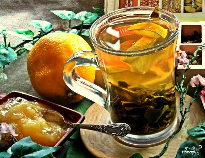 Я взяла за правило: чай полностью готов, когда все листочки опустятся на дно стакана. Если вы хотите менее крепкий чай или же вам важно пить чай с пылу с жару, то просто процедите его через ситечко, чтобы не мешали листья. Я же всегда делаю настоявшийся чай. Далее нарезаем лимончик и кладем в стаканы. Очень здорово также добавить кусочки апельсина. Мед я подаю отдельно, так как его не следует подвергать тепловой обработке. Приятного вам чаепития!