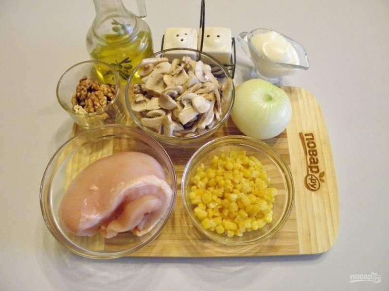 Подготовьте продукты: луковицу очистите, грибы порежьте  тонкими пластинками, мясо вымойте. Приступим.