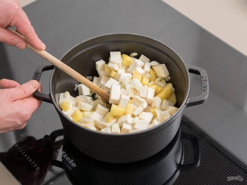 2. Затем овощи переложите в сотейник или кастрюлю с разогретым маслом. Жарьте ингредиенты до мягкости 5 минут, помешивая. Потом добавьте сметану и влейте бульон.