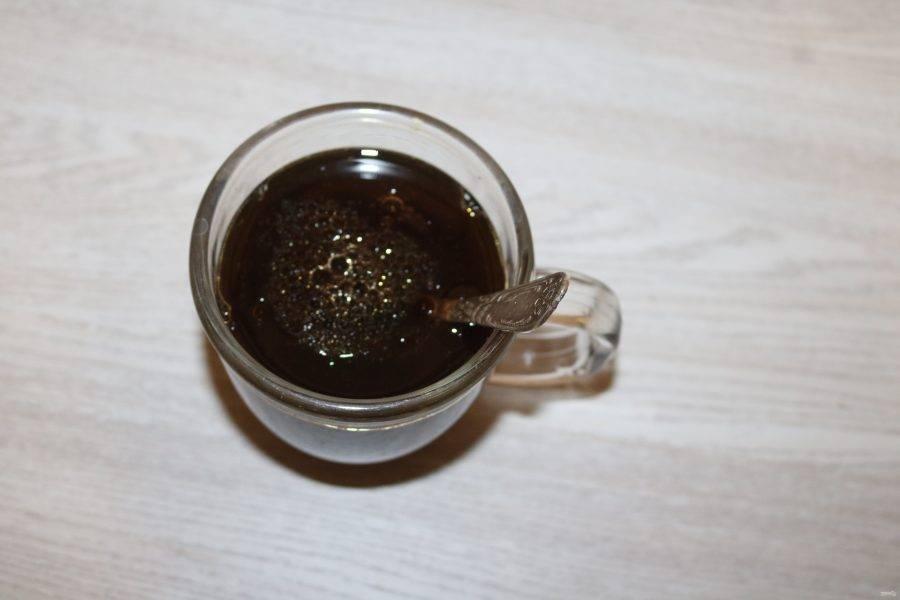 В крепкий чай добавьте соль и подсолнечное масло, перемешайте.
