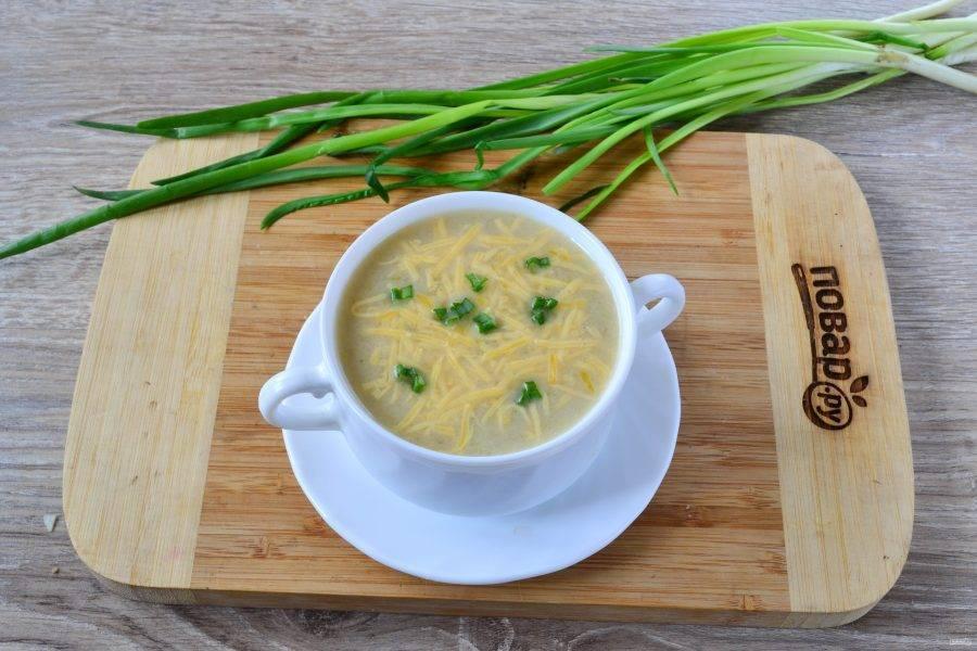 При подаче в каждую тарелочку положите щепотку натертого на мелкой терке твердого сыра, он расплавится, на поверхности образуется красивая шапочка.