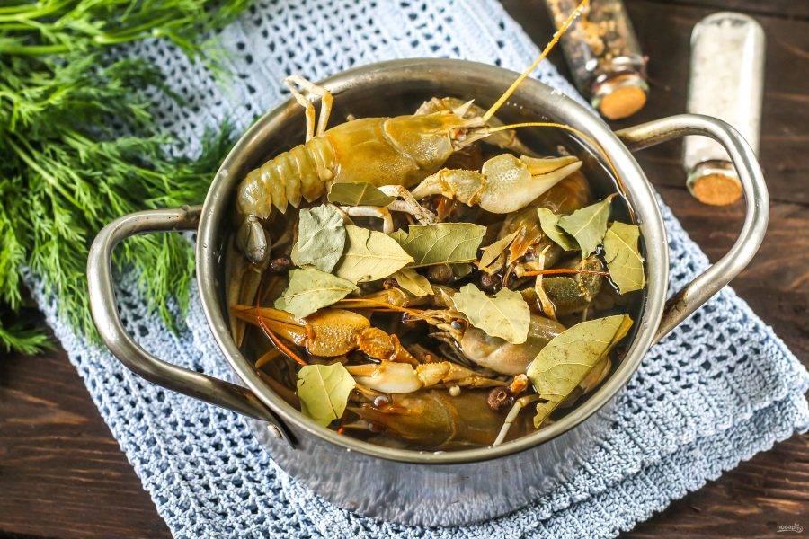 Добавьте лавровые листья - без них аромат бульона будет не таким пряным и ярким. Допустимо всыпать и зерновую горчицу.