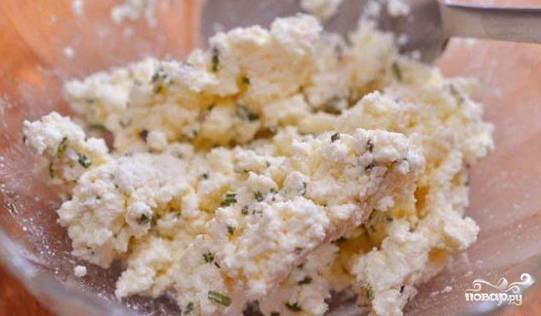 Сыр смешайте с мелко порубленным розмарином и чесноком.
