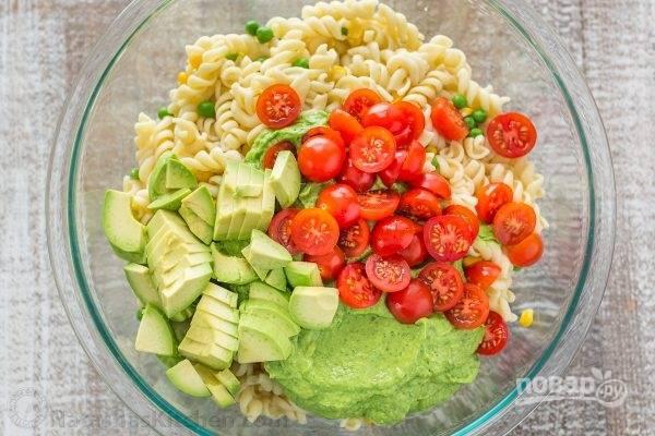 В большой миске соединяем все ингредиенты, добавив оставшийся нарезанный авокадо и помидоры.