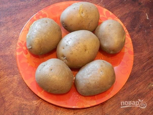 1. Картофель необходимо отварить в кожуре до готовности и немного остудить.