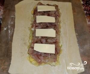 Верхним слоем в нашем пироге будет филе щуки. Равномерно раскладываем, солим, перчим и посыпаем специями или зеленым укропом . Поверху раскладываем кусочки сливочного масла.