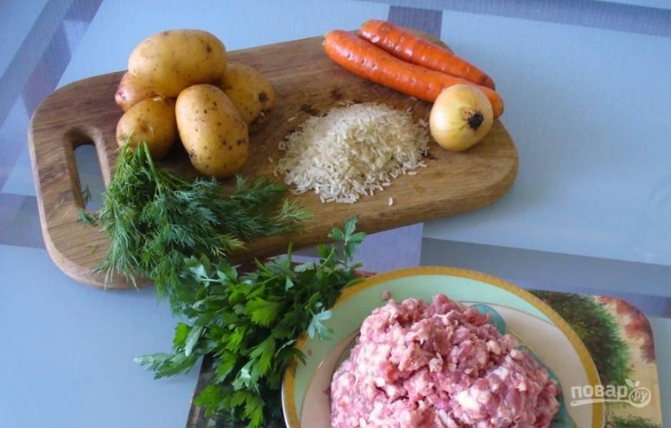 Для этого супа вам понадобится фарш, из которого вы будете делать фрикадельки. Вы можете купить фарш в магазине, а можете приготовить самостоятельно, прокрутив мясо через мясорубку.