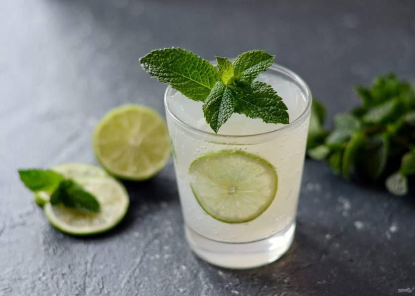 Напиток из лайма с мятой готов, приятного аппетита!