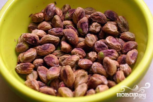 1.Очищаем или берем уже предварительно очищенные фисташки. В ингредиентах вес указан для неочищенных орешков.