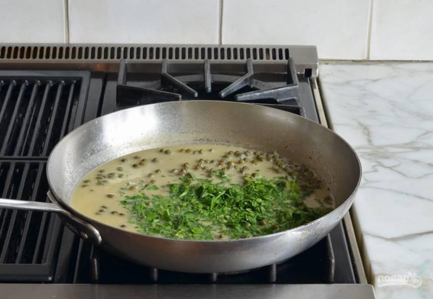 8. Также добавьте масло и мелко нашинкованную петрушку.