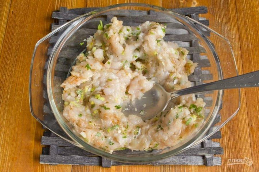 Для начала сделайте фарш. Перекрутите в мясорубке филе, лук-порей и петрушку. Добавьте соль, молотый перец, специи и паприку. Всё перемешайте.