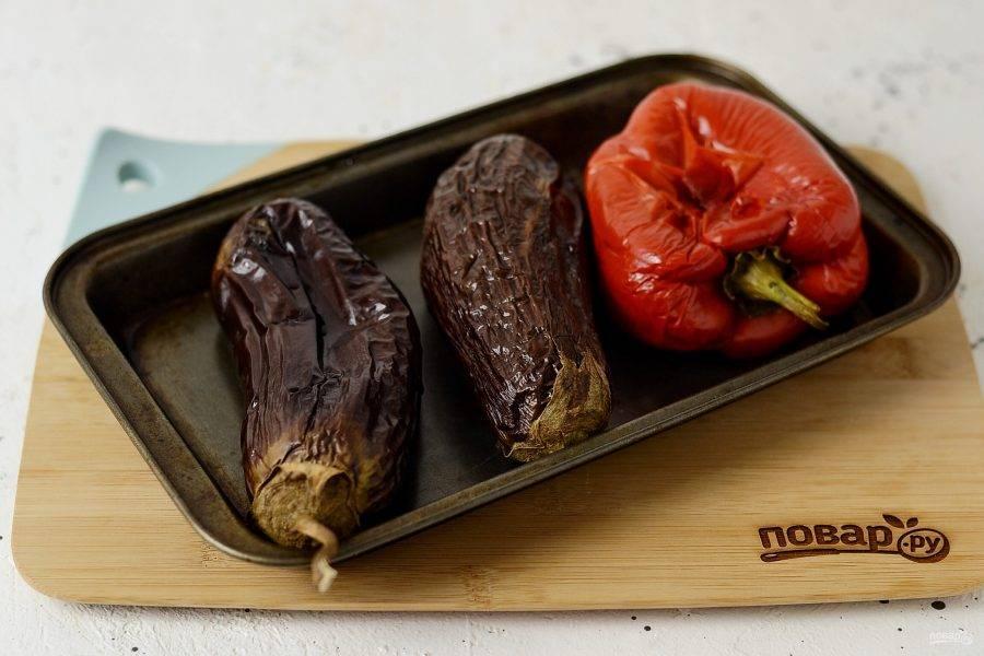 Баклажаны и болгарский перец запеките в духовке при температуре 200 градусов до готовности. По времени это займет примерно 40-45 минут, во время запекания овощи лучше один раз перевернуть, чтобы они равномерно пропеклись.