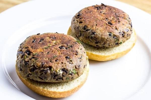 7. Готовые котлетки выложите на булочки, добавьте лист салата и ломтик помидора. Сбрызните бальзамиком, накройте второй половиной булочки и подавайте к столу.