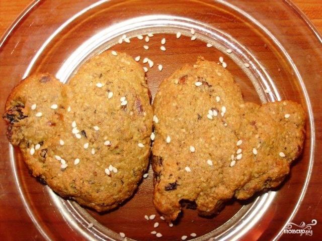 Духовку разогрейте до 160 градусов, поставьте туда противень. Выпекайте печенье около двадцати минут. По желанию посыпьте готовое печенье кунжутом или подсолнечными семенами.