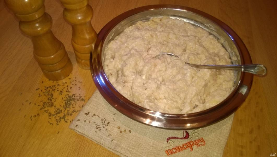 3. Добавьте к фаршу соль, специи и майонез, тщательно перемешайте. Закройте емкость крышкой и на 10-12 часов поместите ее в холодильник.