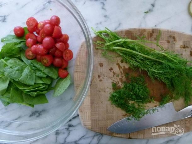 2. Нарежьте половинками помидорки, соедините их с вымытым и обсушенным шпинатом. Добавьте измельченный укроп.