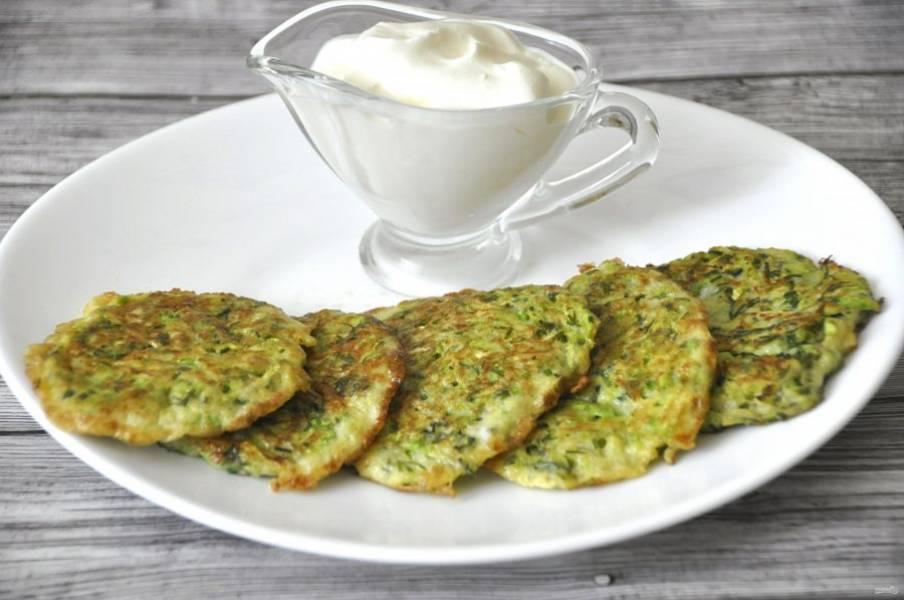 Подавайте кабачковые оладьи со сметаной или с овощными соусами. Приятного аппетита!