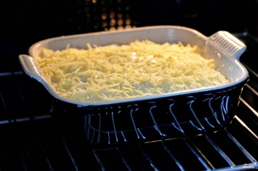 3. Заливаем картошку сверху молоком и посыпаем оставшимся сыром, измельченным чесноком и специями. Запекаем 50-60 минут при температуре 200 градусов.