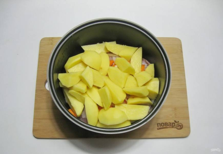 Картофель нарежьте не очень мелко и добавьте к бедрам, луку и моркови. Налейте 100-150 мл. воды.