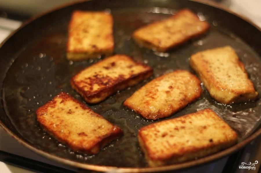 Обжарить сыр с двух сторон и убрать с огня.