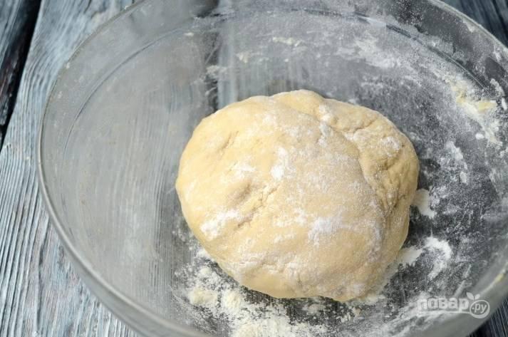 Добавьте просеянную муку и замесите тесто. Оставьте в тепле и дайте подняться.