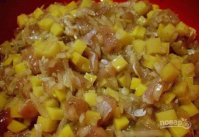 Теперь сделайте начинку. Картофель и лук почистите, промойте и мелко нарежьте. Добавьте к ним мелко нарезанное филе гуся. Ингредиенты перемешайте с солью и перцем.