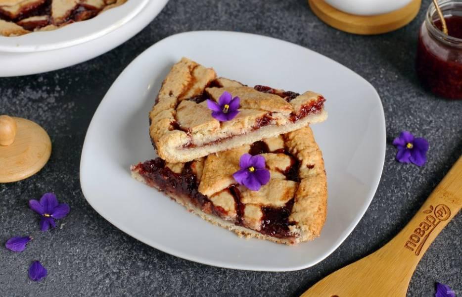 Готовый песочный пирог нарежьте на порции и подавайте к столу. Приятного аппетита!