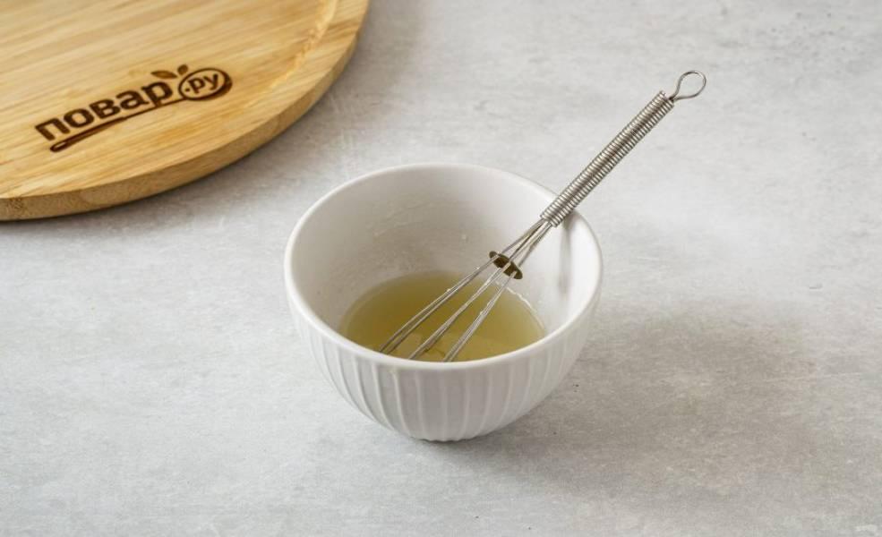Для заправки смешайте белый винный уксус, лимонный сок и оливковое масло. Посолите и поперчите.