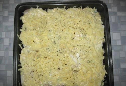 10. Натрете на средней терке сыр и присыпьте блюдо. Отправьте в разогретую духовку.