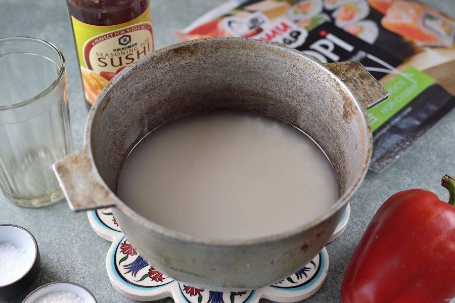 Промойте рис тщательно. Залейте холодной водой так, чтобы она была выше крупы на 2 сантиметра. После закипания варите рис под плотно закрытой крышкой 15-17 минут.