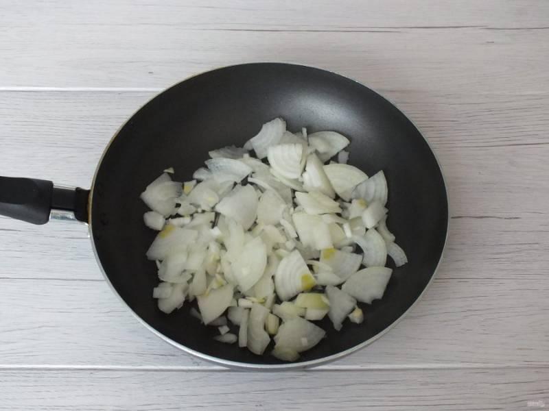 Почистите лук, нарежьте четверть колечками, переложите в сковороду. Добавьте 3 ст.л. растительного масла.