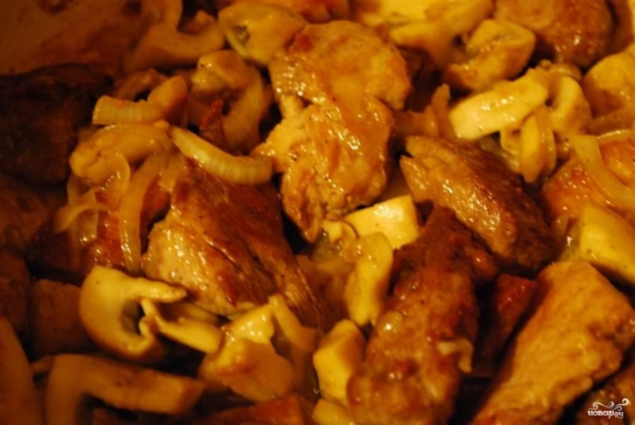Когда овощи пустят свой сок и он полностью испарится, переложите к лучку и грибочкам обжаренное мясо. Хорошенько перемешайте содержимое сковородки, обжаривайте еще пять минут.
