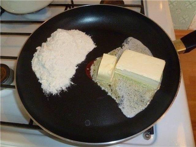 3. На сковороду выложить сливочное масло. Когда оно немного растает, всыпать муку.