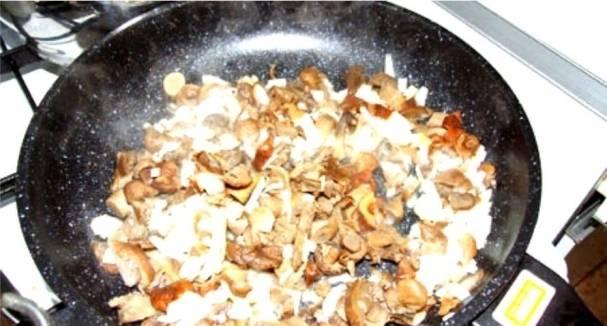4. Добавим отварные грибы и обжариваем в течении пяти минут. Лук должен стать совсем золотистым.