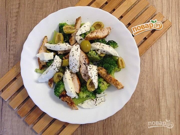 Салат с курицей, брокколи и моцареллой