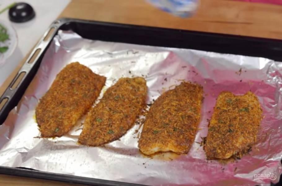 2. Затем выложите рыбку на застеленный фольгой противень. Выпекайте в разогретой до 200 градусов духовке примерно 10 минут.