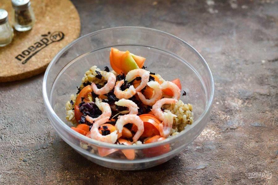 Креветки опустите в кипящую воду на одну минуту. После достаньте, почистите. Добавьте креветки в салат. Заправьте маслом, соль и перец добавьте по вкусу. Перемешайте и подавайте к столу.