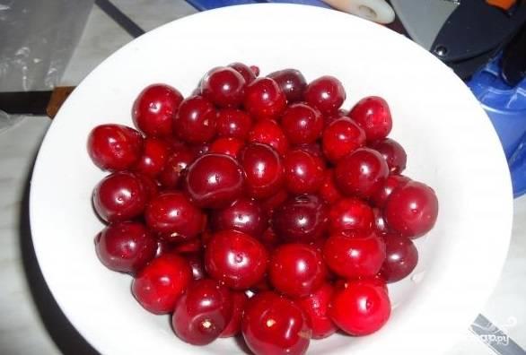 9. Преступайте к подготовке вишни. Помытые плоды промокните от излишней воды. Извлеките из плодов косточки.