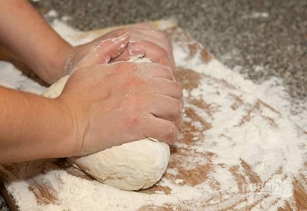 5. Продолжая добавлять муку, вымешайте тесто. Процесс должен занимать не меньше 10 минут.