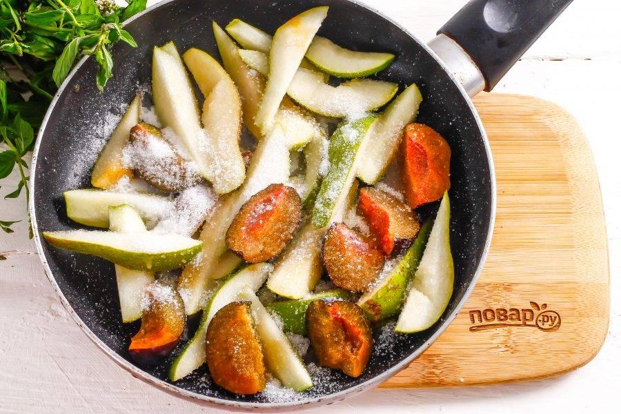 В это время фрукты очистите от семян и семенных блоков, промойте и нарежьте ломтиками. Выложите на сковороду вместе с сахарным песком. Потушите примерно 3-5 минут до карамелизации.