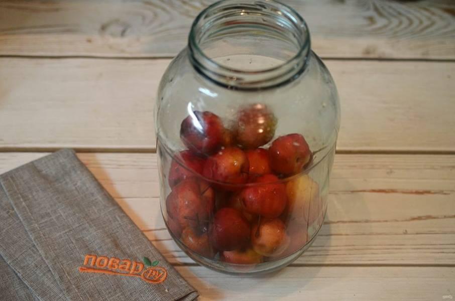 2. Банки простерилизуйте и положите яблоки. Около 400 гр на одну 3-х литровую банку.