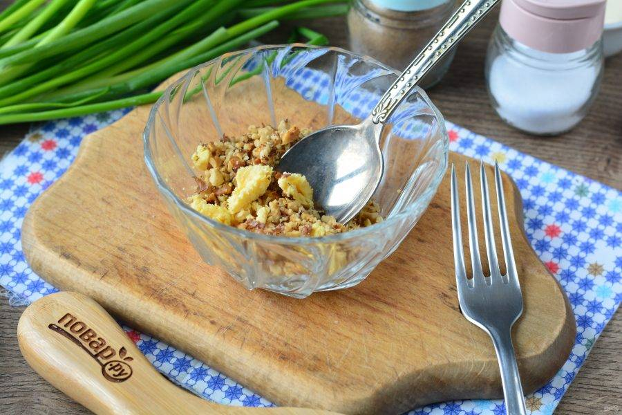 Разотрите желтки и всыпьте измельчённые орехи.
